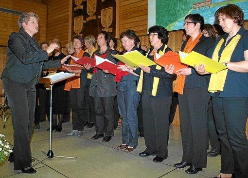 Schwungvollen Chorgesang bot der gemischte Chor Tonart aus Klosterreichenbach unter der Leitung von Elisabeth Gliosca-Benz. Foto: Schwarzwälder-Bote