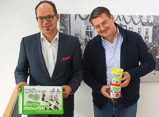 Hofstettens Bürgermeister Martin Aßmuth (links) und Hofeis-Geschäftsführer Matthias Rothacher freuen sich auf die Kooperation. Für Rothacher ist es das dritte Freibad, das sein Unternehmen beliefert.    Foto: Kleinberger