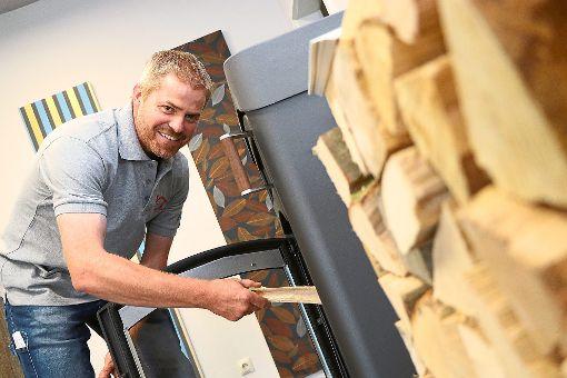Ofenbauer Andreas Veit kennt die Tücken der Selbstständigkeit, doch er will nicht wieder angestellt  sein: Ich möchte nicht tauschen, sagt er.  Foto: Kauffmann Foto: Schwarzwälder-Bote