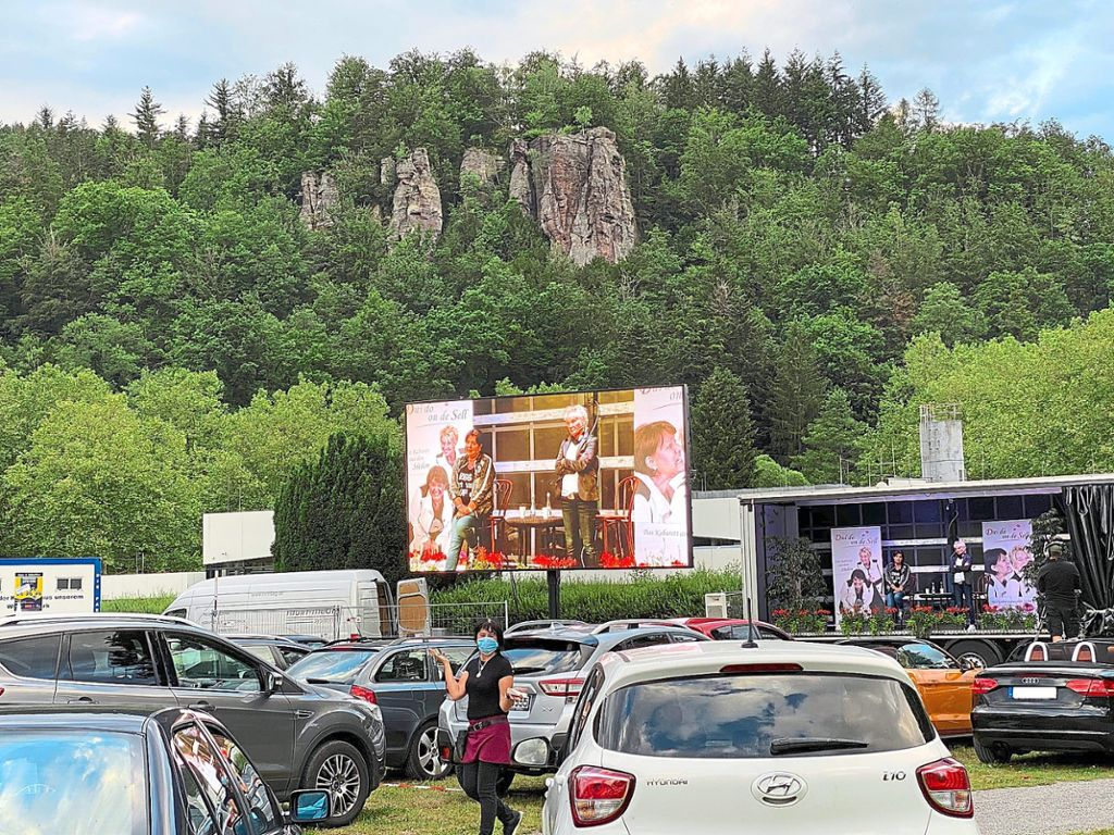 Die Mimik von Petra Binder und Doris Reichenauer zum Publikum war über die Haustechnik vom Kurhaus problemlos über die Großleinwand bis in die letzte Autoreihe auf der Schweizerwiese zu sehen. Foto: Zoller