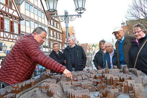 Gästeführer Klaus Armbruster (links) erklärte den Teilnehmern anhand des Stadtmodells Wissenswertes über Calw.  Fotos: Zoller Foto: Schwarzwälder Bote