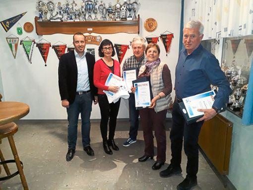 Florian Hauser (von links), Ursula Rau, Karl-Otto Fischer, Erika und Hermann Lutz nach der Ehrung.  Foto: Verein Foto: Schwarzwälder Bote