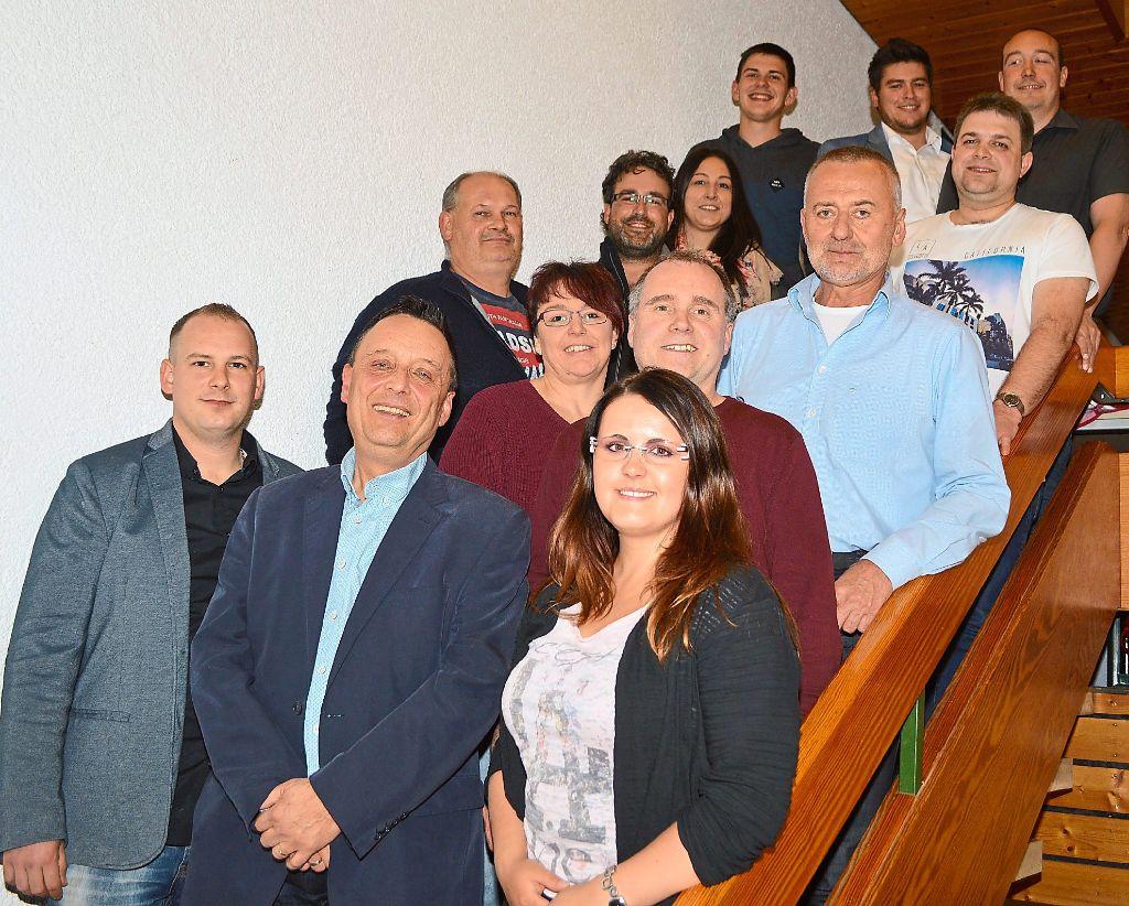Bei den kommenden Aufgaben kann Narrenpräsident Klaus Hörl (vorne, Mitte) auf bewährte und neu gewählte Funktionäre bauen. Foto: Herzog Foto: Schwarzwälder-Bote