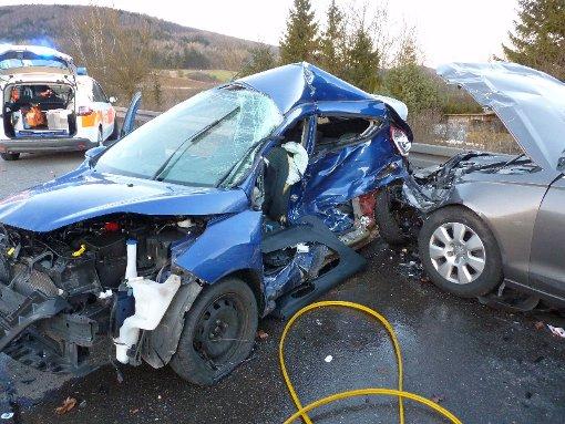 Die Feuerwehr musste den Unfallverursacher aus seinem total zerstörten Fahrzeug befreien. Foto: Achim Stiller