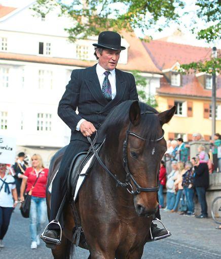 Beim Reitturnier-Umzug durch die Stadt ist auch stets Claus Steidinger, Pächter der Reitanlage im Sickenbühl, dabei. Nun hat er   weniger Grund zur Freude.  Foto: Müller