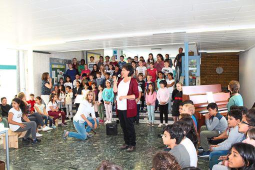 Beim Spatenstich zur neuen Grundschule standen  die Aufführungen der Kinder im Mittelpunkt.    Foto: Baum Foto: Schwarzwälder Bote