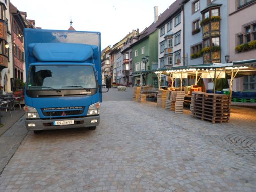 Die Lastwagen der Marktbeschicker rollen früh morgens in die Fußgängerzone.  Foto: Merk