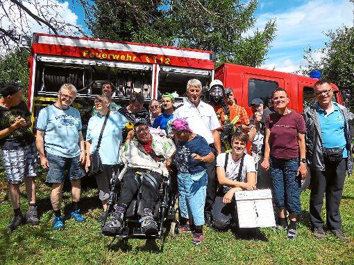 Beim Sommerferienprogramm der Stiftung St. Franziskus Heiligenbronn besuchen blinde und sehbehinderte Erwachsene die   Feuerwehr in Erdmannsweiler.   Foto: Stiftung St. Franziskus Foto: Schwarzwälder-Bote