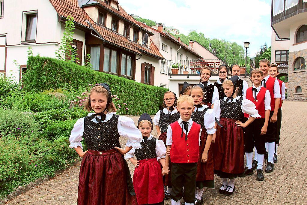 Erwartungsvoll stellen sich die Mädchen und Jungen der Kindertanzgruppe im Alter von sechs bis zwölf Jahren zu ihren Vorführungen auf. Foto: Schwarzwälder-Bote