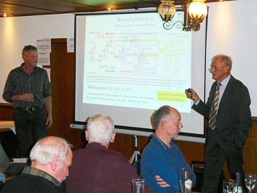 Bernhard Kohmann (links), lokaler Experte für die Energieerzeugung aus Biomasse, widerspricht dem Referenten Jürgen Schöttle.   Foto: Dorn