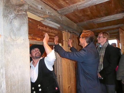 Hardy Happle beim Einschlägen der Nägel für das Namensschild des Sumhof-Speichers   Foto: Dorn Foto: Schwarzwälder Bote
