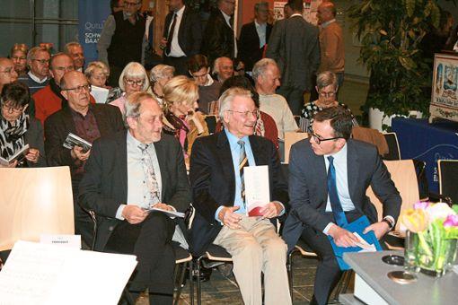 Rainer Gutknecht     vor wenigen Tagen  bei der Eröffnung der Kunstausstellung im Landratsamt.  Rechts der aktuelle Landrat Sven Hinterseh.   Foto: Schück Foto: Schwarzwälder Bote