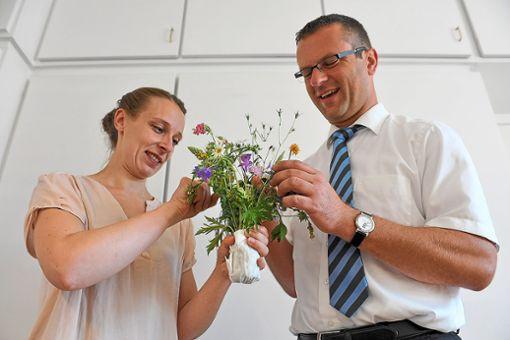 Die Umweltbeauftragte Hannah Wagner überreicht OB Stephan Neher einen Wiesenblumenstrauß.   Foto: Stadtverwaltung/Schlüter Foto: Schwarzwälder Bote