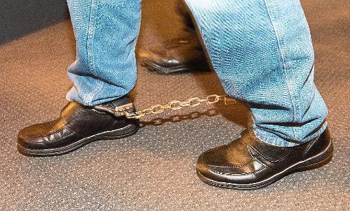 In Fußfesseln betritt der Angeklagte das Gericht. Foto: Seeger