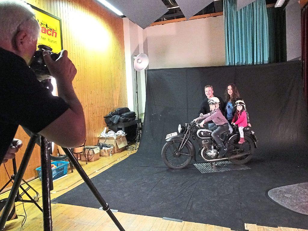Bei der ganzen Familie beliebt: Besondere Aufnahmen bot der Fotoclub mit einem Oldtimer-Motorrad. Foto: Stocker Foto: Schwarzwälder-Bote