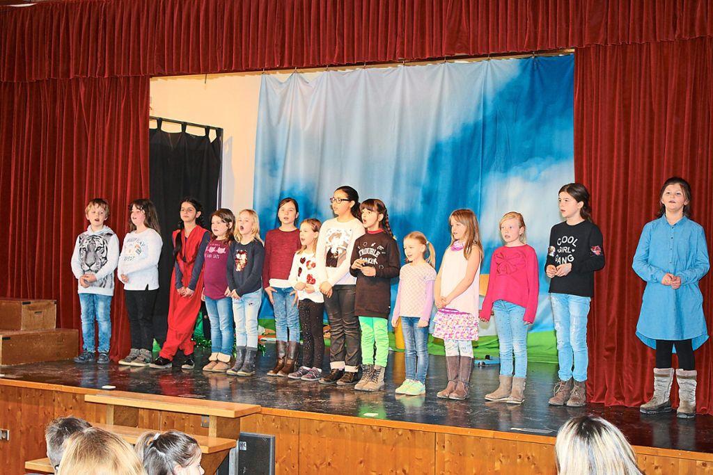 Der Kooperationschor der Friedensschule und des Liederkranzes singen bei ihrem ersten gemeinsamen Auftritt. Foto: Pohl Foto: Schwarzwälder Bote