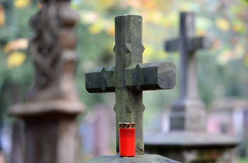 Ein brennend entsorgtes Grablicht hat den Gartenabfall-Container eines Friedhofs in Bühlertal in Brand gesetzt. (Symbolbild) Foto: dpa