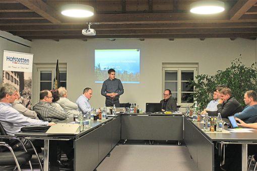 Revierleiter Nicolai Doll (stehend)  informierte über die geplanten Arbeiten.  Foto: Störr Foto: Schwarzwälder Bote