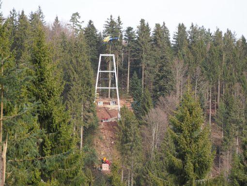 Mithilfe eines Hubschraubers wurden die beiden Brückenköpfe der Wild Line auf dem Bad Wildbader Sommerberg miteinander verbunden. Foto: Mutschler