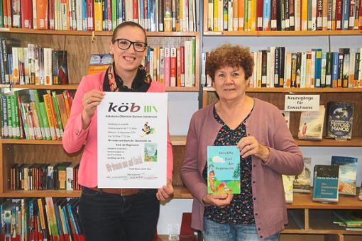 Franka Braun (links) und Veronika Ciampa sind regelmäßig in der Bücherei, um mit Kindern zu lesen.   Foto: Schimkat Foto: Schwarzwälder Bote