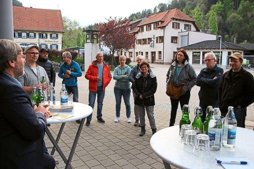 Die Kandidaten der FW diskutierten mit Bürgern.   Foto: Beule Foto: Schwarzwälder Bote