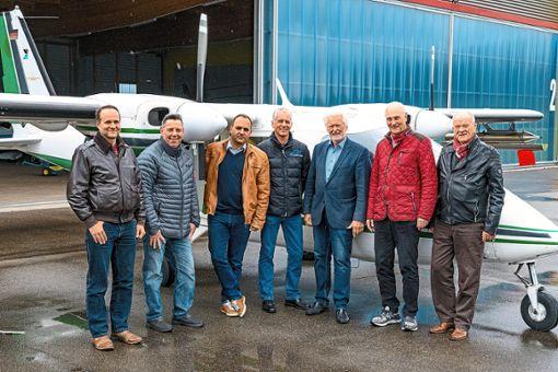 Sie kümmern sich um den Hagelflieger (von links):  Die Piloten Markus Duwe, Holger Miconi und Sebastian Keller, Schriftführer Gerhard Vetter, Vorsitzender Heinz Messner, Stellvertreter Peter Hellstern und Beisitzer Rolf Münsterberg.   Foto: Götz