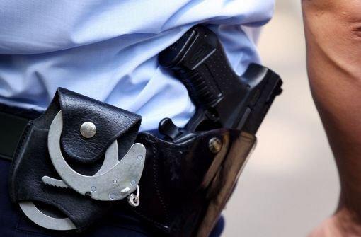 Nach Erklärung der Festnahme war der junge Mann sofort äußerst aggressiv und schlug einem Polizeibeamten mit der Faust ins Gesicht.  Foto: dpa/Symbolbild