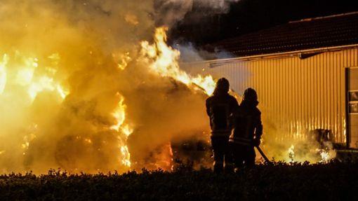 Bei dem Großbrand gingen rund 170 Strohballen in Flammen auf. Foto: SDMG