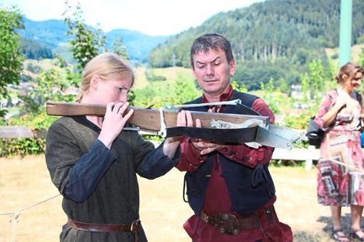 Detlef Meyer erklärt die Handhabung der Armbrust.  Fotos: Beule Foto: Schwarzwälder Bote