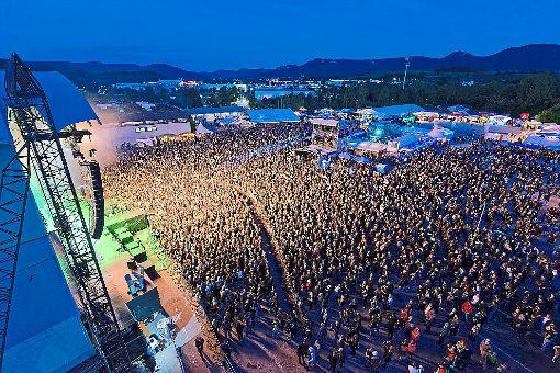 Tausende Metal-Fans versammeln sich vor der Open-Air-Bühne.  Fotos: Engelhardt Foto: Schwarzwälder-Bote