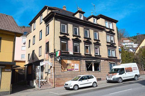 Seit ein paar Tagen tut sich was in der ehemaligen Pizzeria in der Oberndorfer Straße. Die Gewerberäume im Erdgeschoss und die Wohnungen oben sollen nach der Sanierung gekauft oder angemietet werden können.   Foto: Fritsche