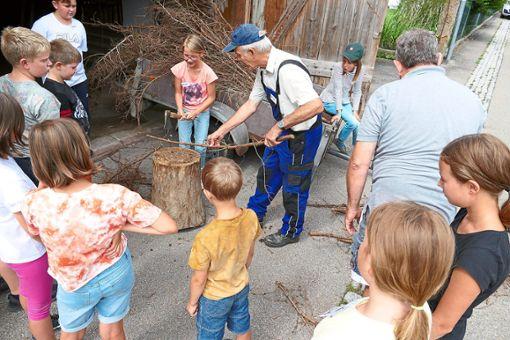 Reisigbündel vorbereiten – dabei kommen Astschere und Beil zum Einsatz  Foto: Stadler Foto: Schwarzwälder Bote