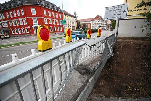 Heftig ist der 18-Jährige mit dem Audi gegen das Geländer der Brigachbrücke gekracht, der Technische Dienst musste das Bauwerk sichern. Foto: Eich