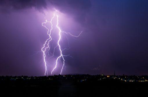Donner, Blitz und Starkregen sind laut DWD im Südwesten am Wochenende zu erwarten (Symbolfoto). Foto: Schmidt