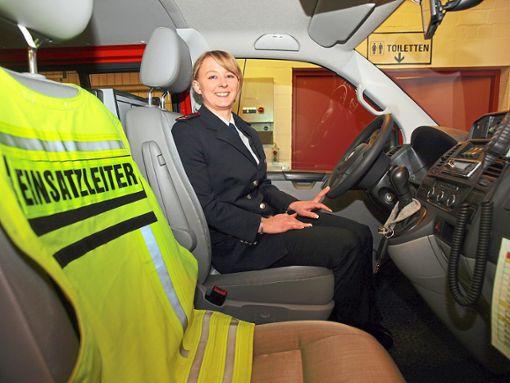 Denise Wetzel am Steuer des Kommandofahrzeugs der Freiwilligen Feuerwehr Bad Herrenalb. Die 27-Jährige  ist neue Kommandantin der Stadtabteilung.  Foto: Glaser Foto: Schwarzwälder Bote