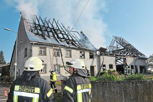 Feuerwehrleute begutachten den entstandenen Schaden.    Foto: Sigwart