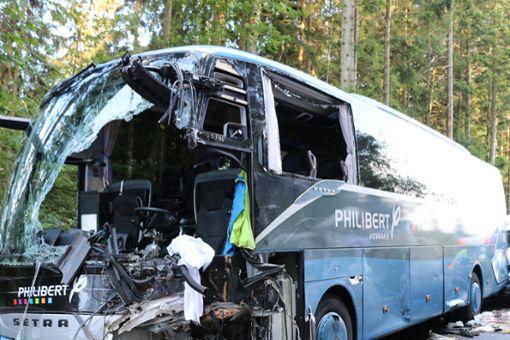 Bei einem schweren Busunfall bei Loßburg sind am Montag zehn Menschen verletzt worden, ein 59-Jähriger kam ums Leben. Foto: Feuerwehr