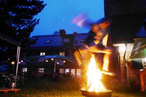 Dem Wetter trotzten bei der Sonnwendfeier die Alphornbläser – und auch für die Jugend gab's Ersatz für das Feuer, so dass Sprünge möglich waren.    Foto: Eckhardt Foto: Schwarzwälder Bote