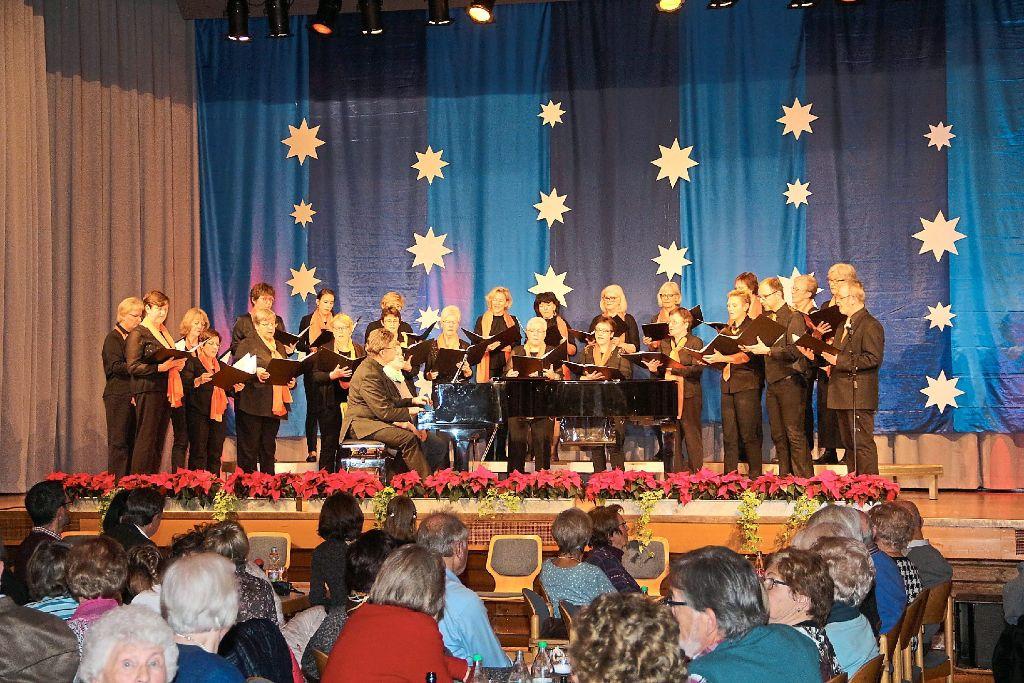 Die Sängerinnen und Sänger der Zollern Voices haben mit ihrem Konzert am Sonntag auf das Weihnachtsfest eingestimmt. Foto: Wahl Foto: Schwarzwälder-Bote