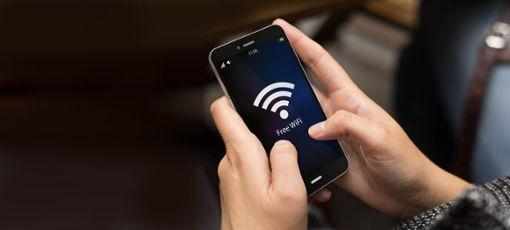Mit einer Unterschriftenaktion möchte Klaus Dold eine Ausrüstung vieler Stadtleuchten mit Sendeanlagen und darüber hinaus den Einzug der 5G-Technologie in VS verhindern. (Symbolfoto) Foto: © georgejmclittle/Fotolia.com