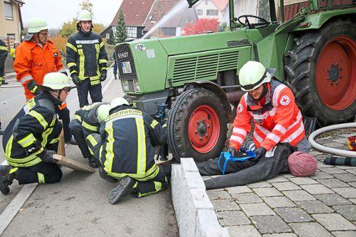 Die Nordstetter Feuerwehr musste bei ihrer Übung einen Traktor anheben, um eine eingeklemmte Person zu befreien.   Foto: Tischbein Foto: Schwarzwälder Bote