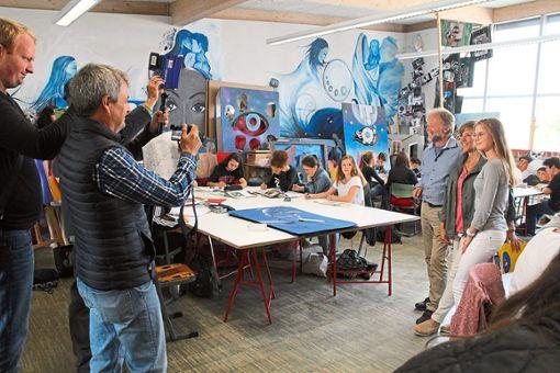 Das SWR-Team besucht im Rahmen der Dreharbeiten auch die Zinzendorfschulen in Königsfeld.  Foto: Hübner
