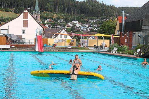 Der Umgang mit dem Rettungsbrett macht Spaß und ist ein gutes Training für die Jugendlichen im Vöhrenbacher Schwimmi. Foto: Schwarzwälder Bote