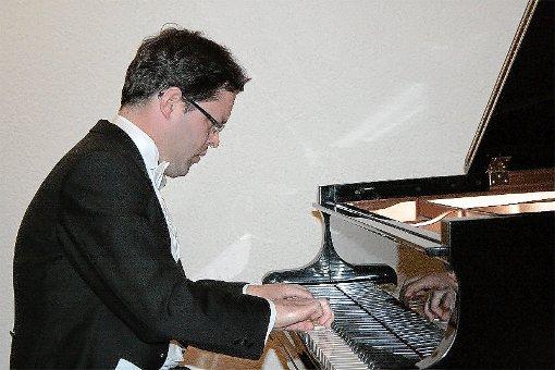 Ein Virtuose am Flügel: Jochen Ferber bei seinem Konzert im evangelischen Gemeindehaus in Dornhan.  Foto: Vollmer Foto: Schwarzwälder-Bote