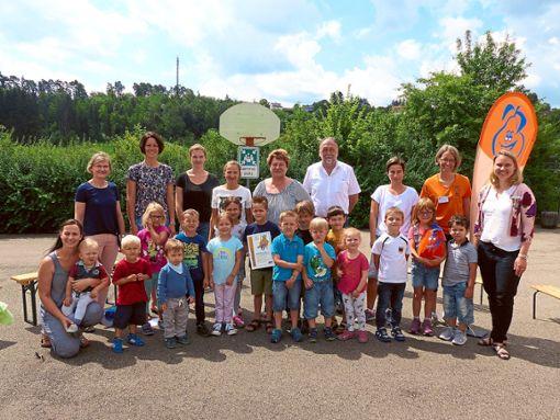 Oben: Der Kindergarten Grünmettstetten wurde von Beki-Koordinatorin Ariane  Kleiner (rechts)  erneut mit einem Beki-Zertifikat ausgezeichnet. Unten: Die Kinder genießen ihre selbst gemachten Obstspieße, sowie ihre Himbeer- und Bananen-Milchshakes.  Fotos: Schneider Foto: Schwarzwälder Bote