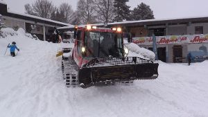 Wintercamp: Tina im Pistenbully-Taxi