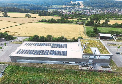 Ein Teil des Daches liefert dank der Fotovoltaik-Module Strom, der begrünte Teil wird im Frühsommer zur Bienenweide.   Foto: Elsner Elektronik GmbH Foto: Schwarzwälder Bote