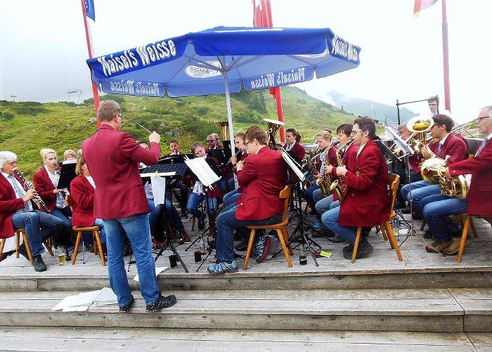 Unter dem Schirm im sonnigen Klösterle in Vorarlberg  hat das Städtische Orchester gespielt. Foto: Altenburger