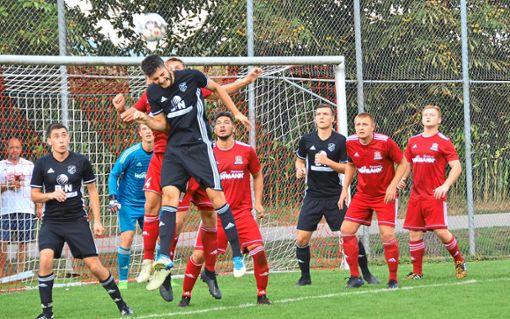 Mathias Schilli, der sich   beim Kopfball befindet,  (schwarz) fehlt dem SC am Freitag.  Foto: Bauer Foto: Schwarzwälder Bote