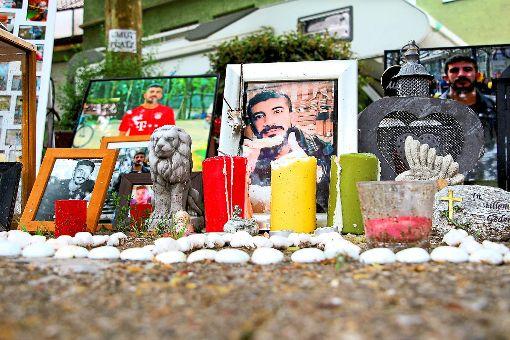 Am Tatort erinnern Kerzen und Bilder an den verstorbenen Umut K., der hier am 1. Dezember seiner Schussverletzung erlag. Foto: Huger